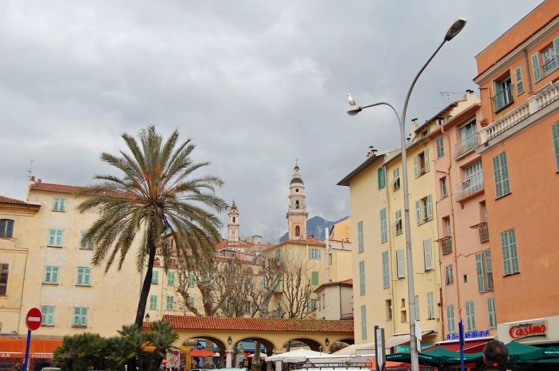Altstadt von Menton mit bedecktem Himmel