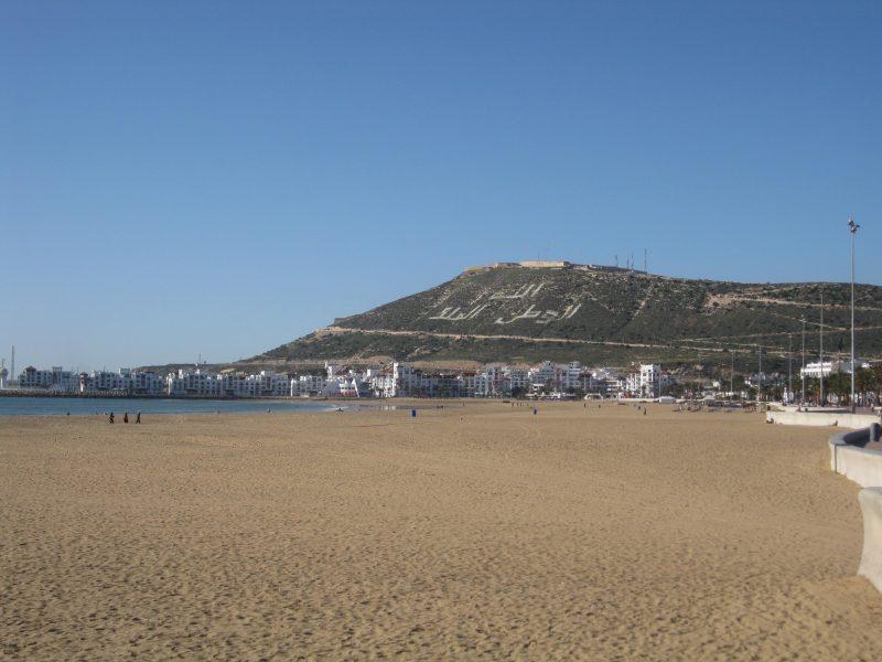 Der Sandstrand von Agadir - weisse Stadt zu Füßen der alten Kasbah.