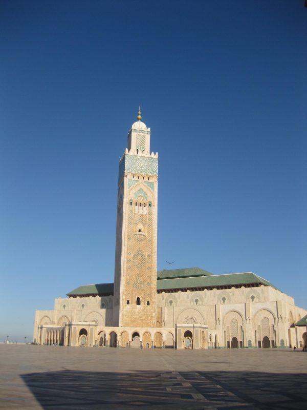 Die große Moschee Hassan II. in Casablanca - das Minarett ist über 200 m hoch, und das Dach lässt sich vollautomatisch öffnen.