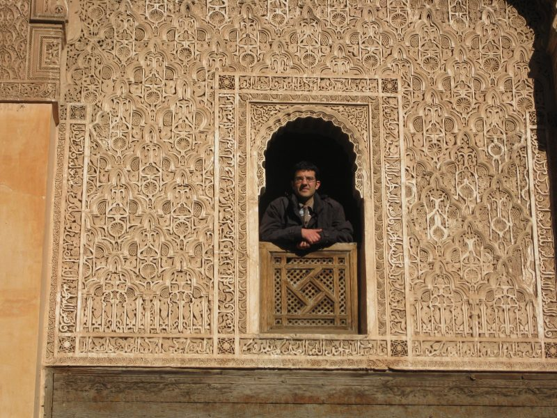 Der Reisende in der reich verzierten Medersa Ben Youssef