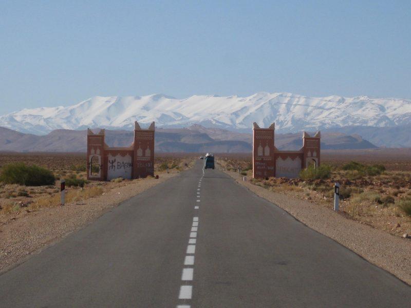 On the road zwischen Wüste und Bergen