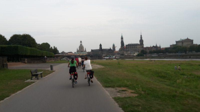Elberadweg mit Aussicht auf die Dresdner Altstadt